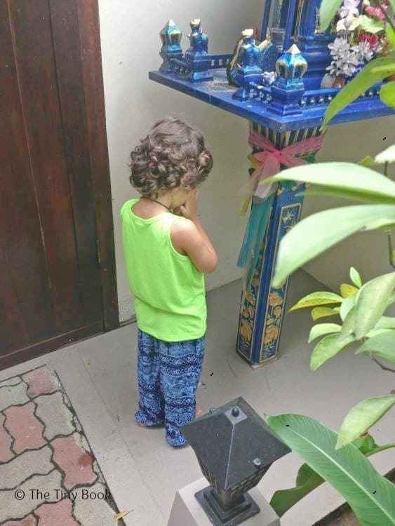Kid praying tahiland