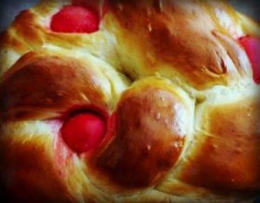 Greek Easter bread: Tsoureki