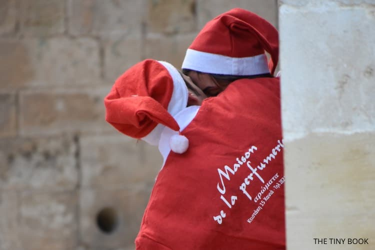 Santa Run Chania, lovers dressed as santa, kissing